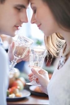 Coppia di bere champagne