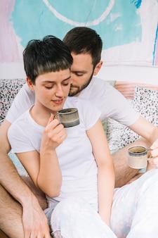 Coppia di bere il caffè al mattino