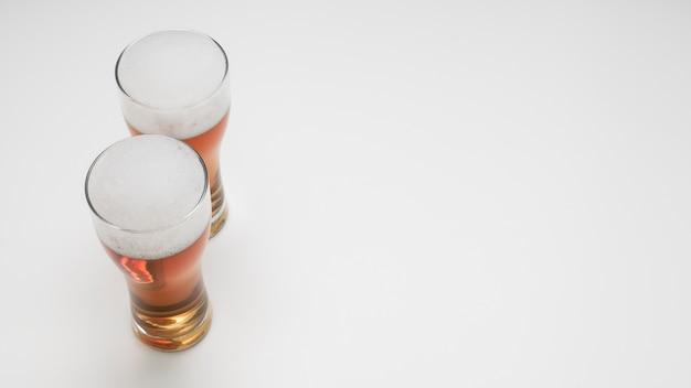 Coppia di bicchieri di birra con spazio di copia