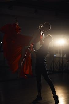 Coppia di danza della passione, salto della donna