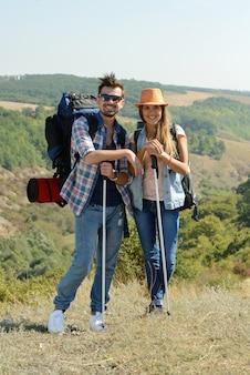 Coppia di escursionisti felici in campagna.
