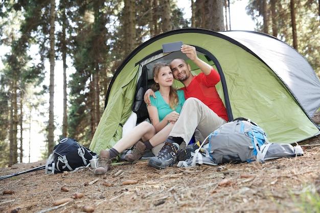 Coppia di escursionisti riposa in tenda