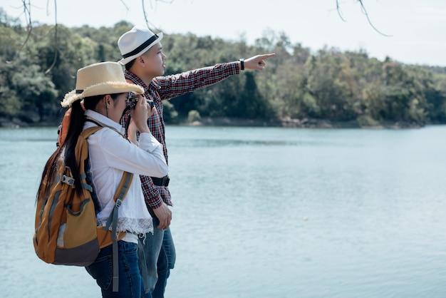 Coppia di famiglia che viaggiano insieme