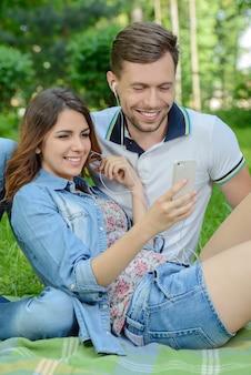Coppia di giovani innamorati ascoltando la musica.