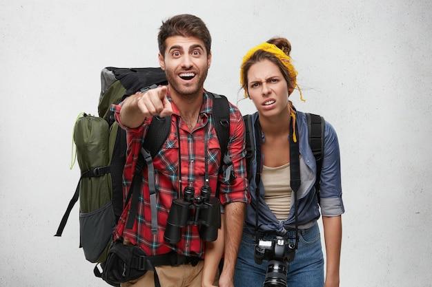 Coppia di giovani turisti con attrezzatura