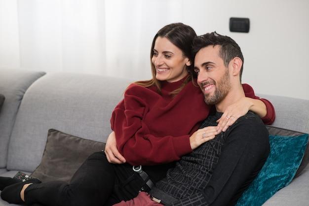 Coppia di guardare la televisione insieme