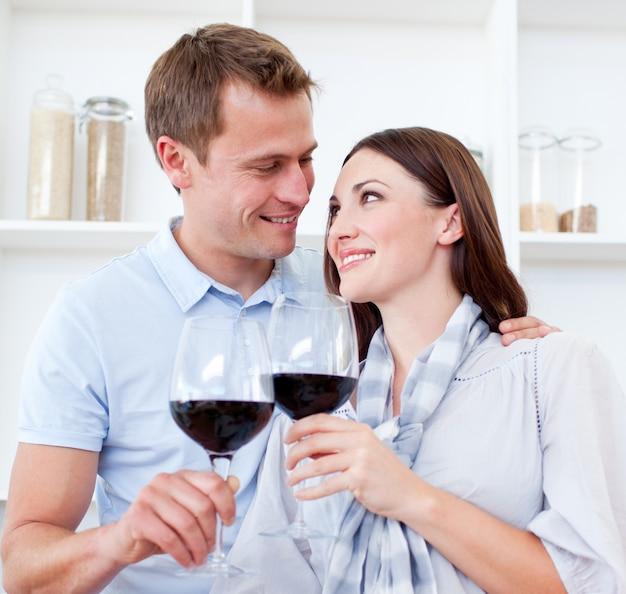 Coppia di innamorati bevendo vino rosso