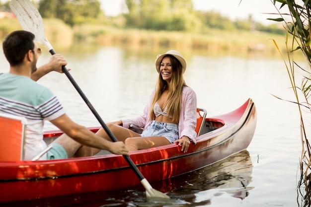 Coppia di innamorati canottaggio sul lago
