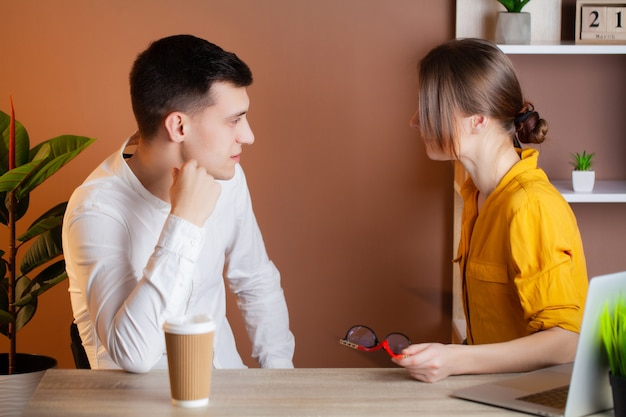 Coppia di innamorati che lavorano insieme con successo nella propria attività in ufficio
