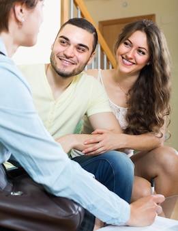 Coppia di innamorati con agente immobiliare