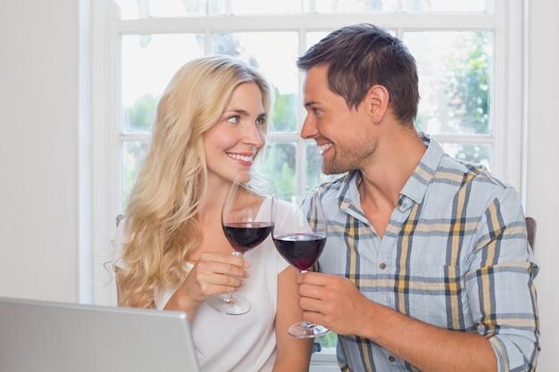 Coppia di innamorati con bicchieri di vino a guardare l'altro