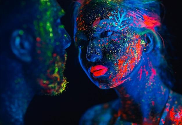 Coppia di innamorati dipinti in polvere fluorescente
