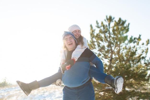 Coppia di innamorati gioca in inverno nella foresta