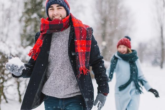 Coppia di innamorati giocando a palle di neve
