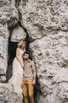 Coppia di innamorati in montagna