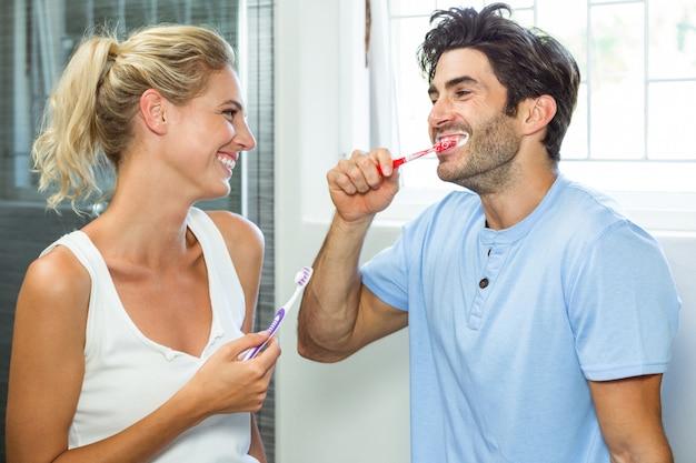 Coppia di lavarsi i denti in bagno