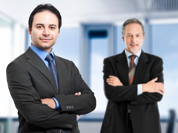Coppia di manager maschi in ufficio