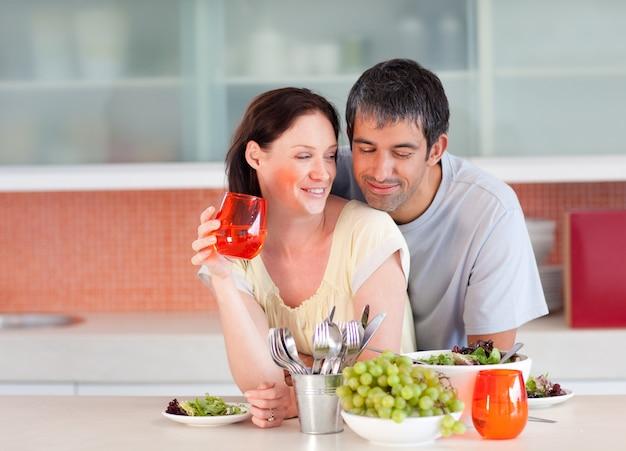 Coppia di mangiare e bere in cucina