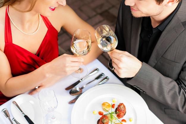Coppia di mangiare e bere in un ottimo ristorante