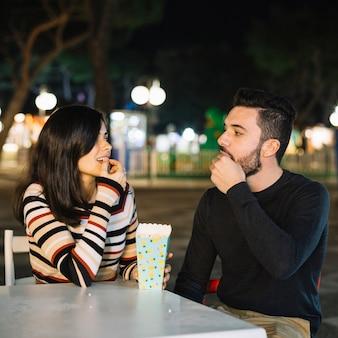 Coppia di mangiare in un parco a tema
