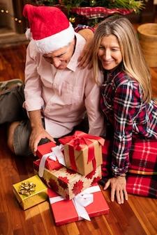 Coppia di mezza età con i regali a natale