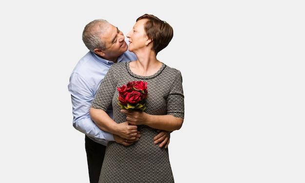 Coppia di mezza età festeggia il giorno di san valentino