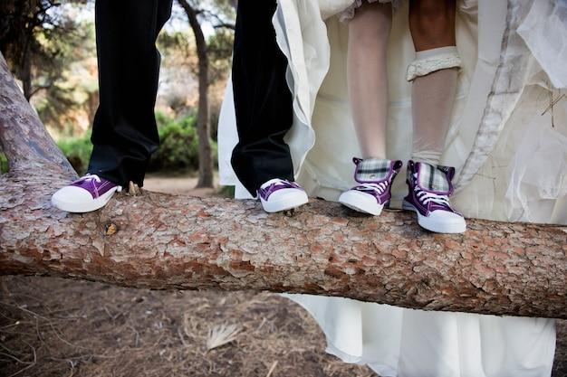 Coppia di nuovi matrimoni con divertenti scarpe da ginnastica uguali.