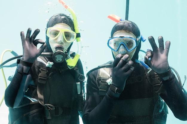 Coppia di praticare immersioni subacquee insieme