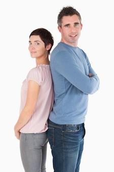 Coppia di schiena contro schiena su uno sfondo bianco