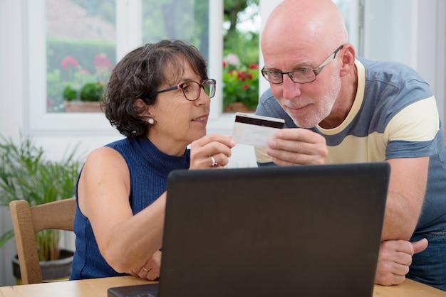 Coppia di senior compra con internet