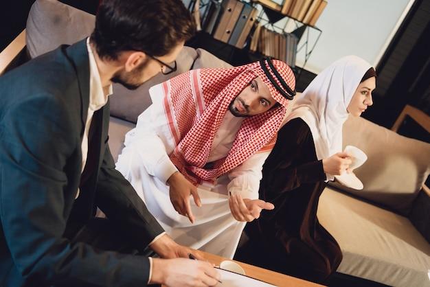 Coppia di sposi arabi alla reception dello psicologo.