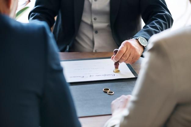 Coppia di sposi con certificato di divorzio