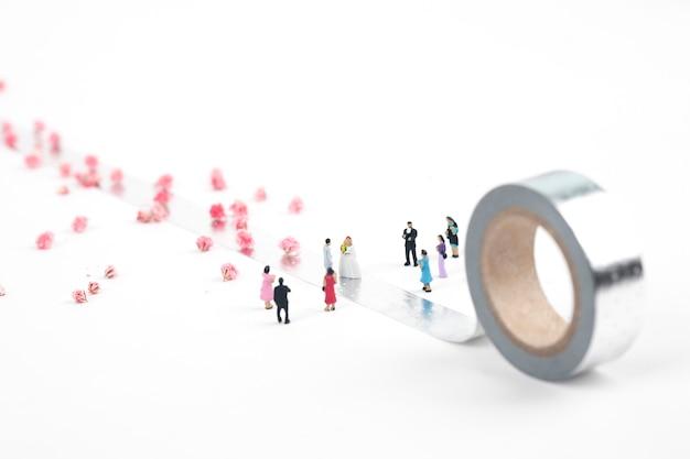 Coppia di sposi in miniatura su nastro d'argento