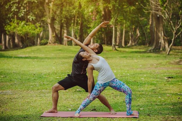 Coppia di stretching e di divertimento nel parco