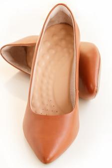 Coppia di tacchi classici in pelle marrone da donna. calzature moda. isolato
