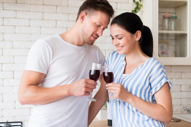 Coppia di tiro medio con bicchieri di vino