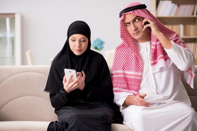 Coppia di uomo e donna arabi