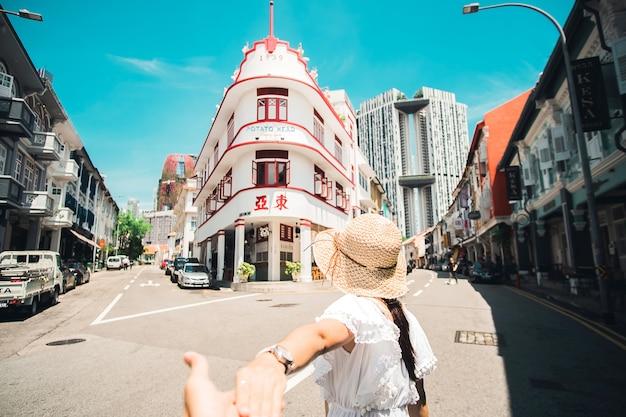 Coppia di viaggiatori visita chinatown, singapore