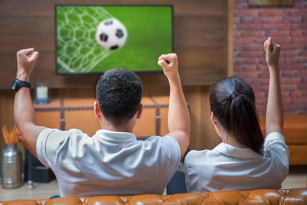 Coppia divertirsi guardando la partita di calcio