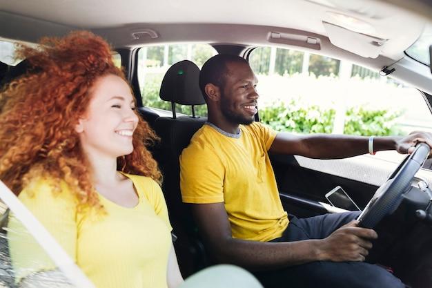 Coppia divertirsi in un viaggio in auto