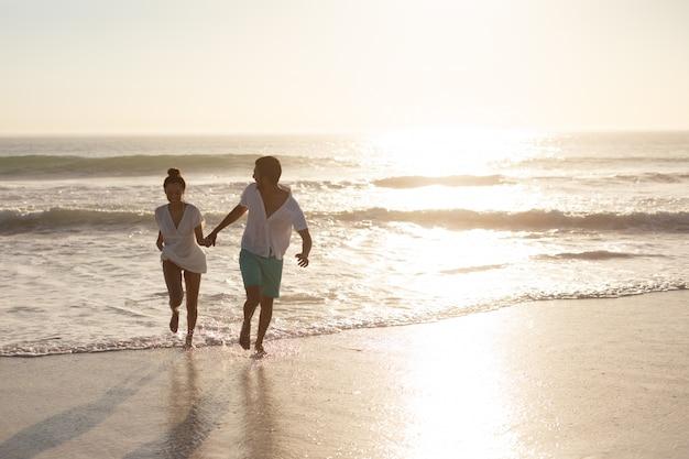 Coppia divertirsi insieme sulla spiaggia