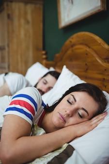 Coppia dormire insieme sul letto
