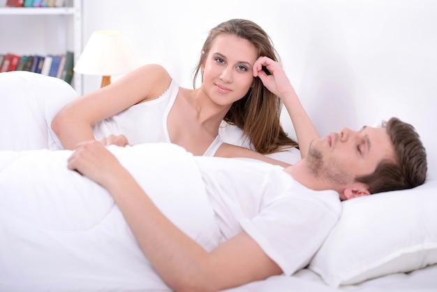 Coppia dormire nel letto insieme.