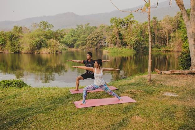 Coppia e yoga nella natura