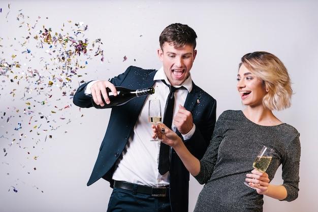 Coppia eccitata godendo champagne