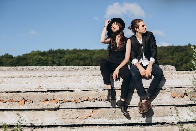 Coppia elegante e alla moda trascorrere del tempo all'aria aperta e flirtare con l'altro.