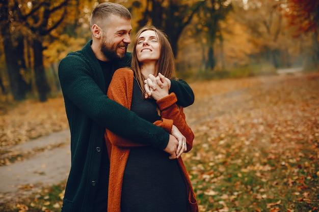 Coppia elegante trascorrere del tempo in un parco in autunno