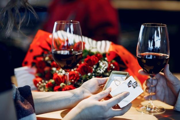 Coppia elegante trascorrere del tempo in un ristorante