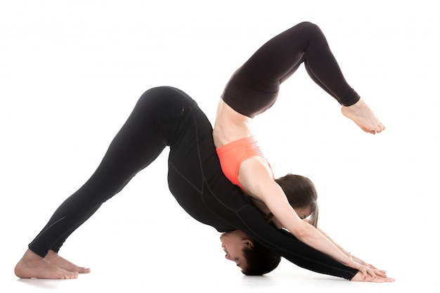 Coppia facendo esercizi di stretching insieme