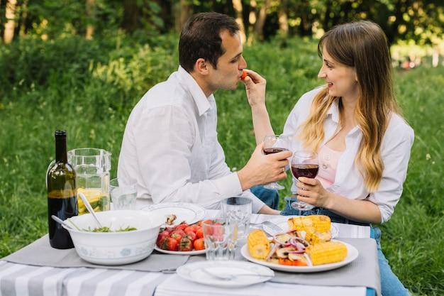 Coppia facendo un picnic romantico in natura
